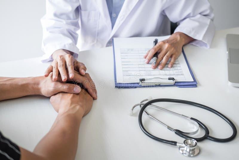 Doktorska wzruszająca cierpliwa ręka dla ośmielenia i empatia w szpitala, dopingu i poparcia pacjencie, zła wiadomość, medyczna fotografia royalty free