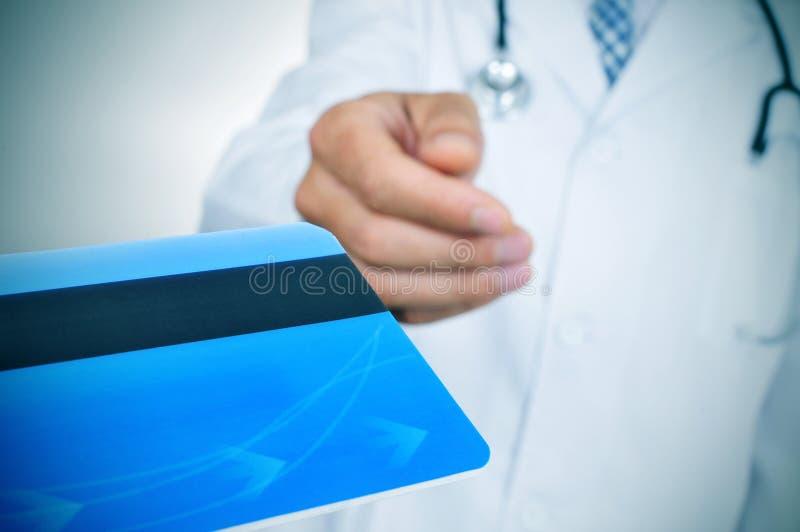 Doktorski akceptujący kredytową kartę zdjęcia royalty free