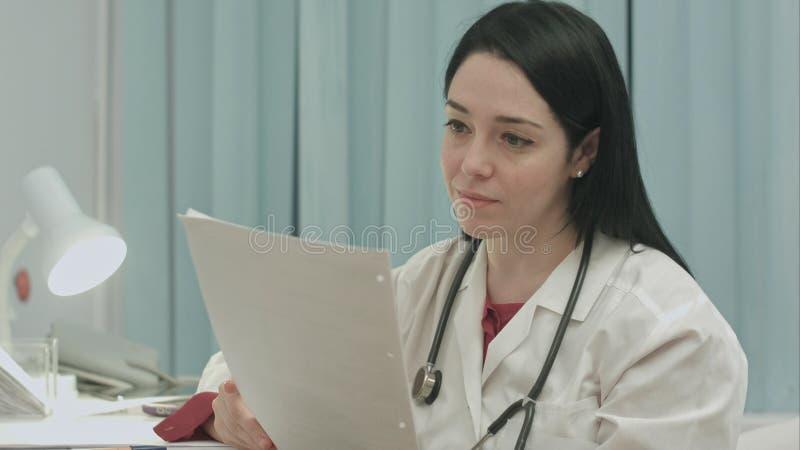 Doktorski analizować wynika elektrokardiogram zdjęcia stock