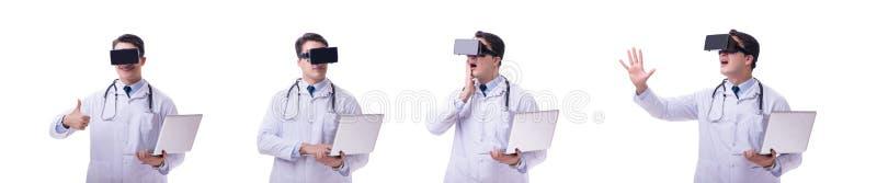 Doktorski będący ubranym vr rzeczywistości wirtualnej słuchawki odizolowywającą na białych półdupkach zdjęcia royalty free