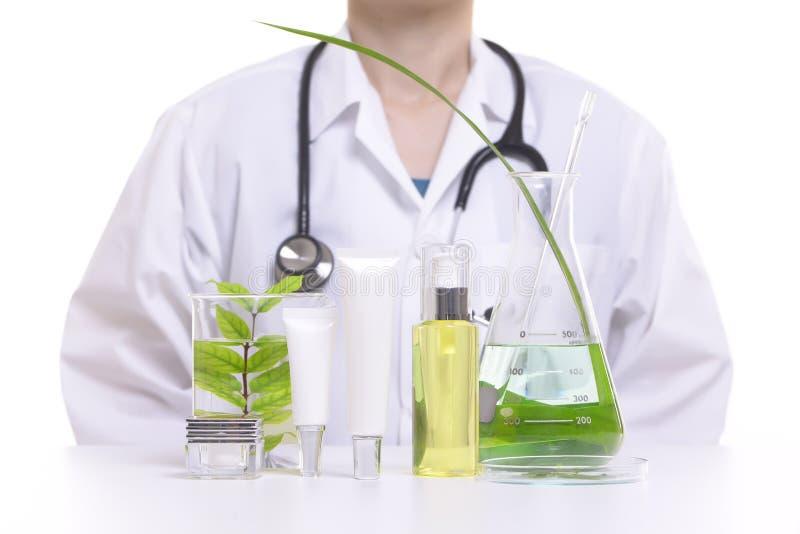 Doktorski badawczy naturalny piękno kosmetyków produkt ziołowymi składnikami, zakończenie zdjęcia royalty free