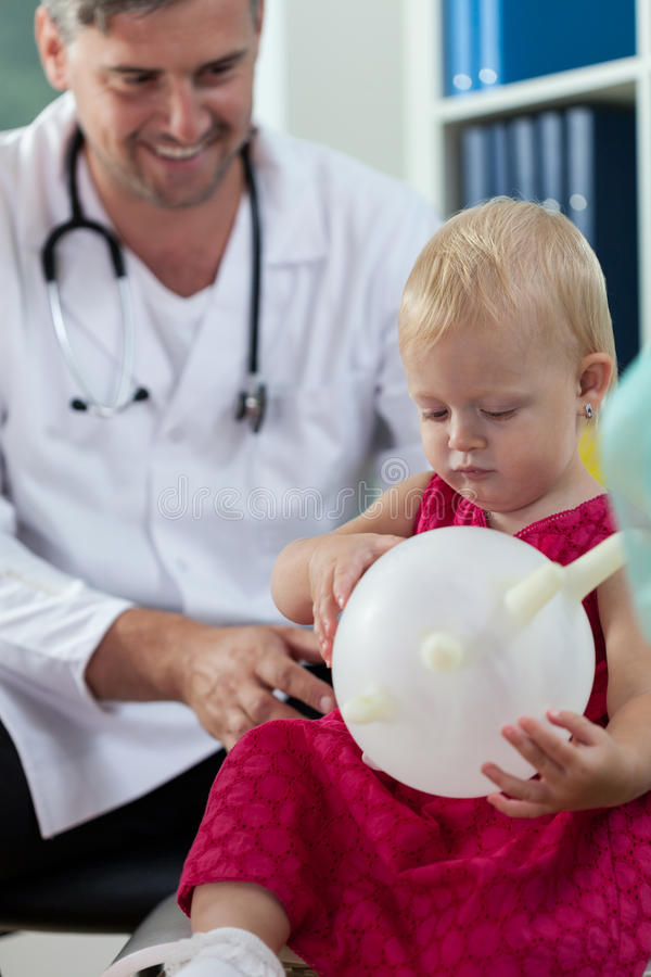 Doktorski bawić się z małym pacjentem fotografia royalty free