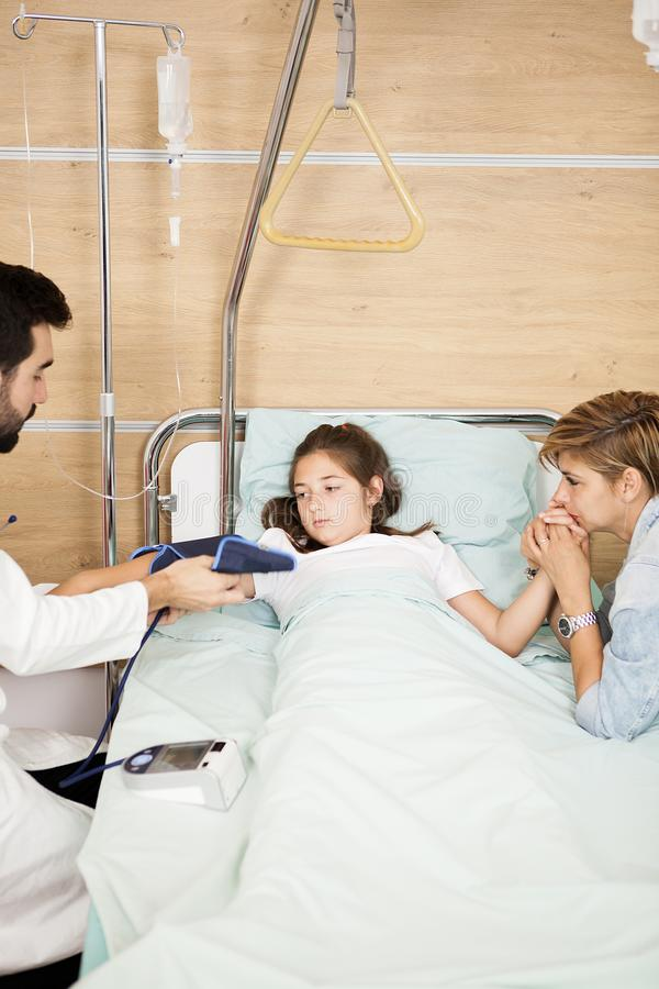 Doktorski bierze arterialny napięcie jej pacjent zdjęcia stock