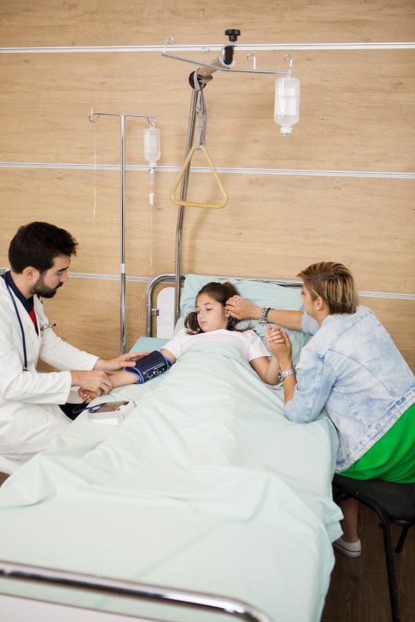Doktorski bierze arterialny napięcie jej pacjent obrazy royalty free