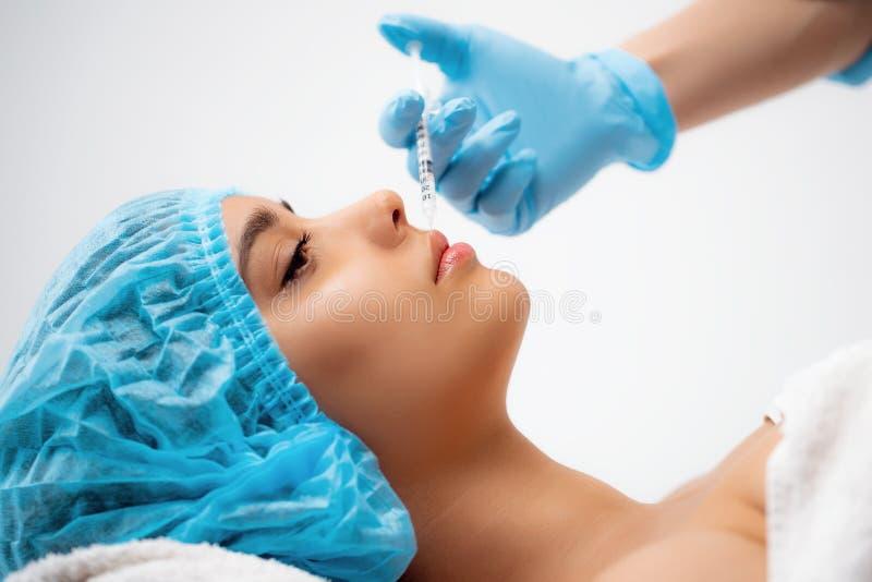 Doktorski cosmetologist robi Odmłodnieje twarzowej zastrzyk procedurze dla dociskać i gładzący marszczy na zdjęcie stock