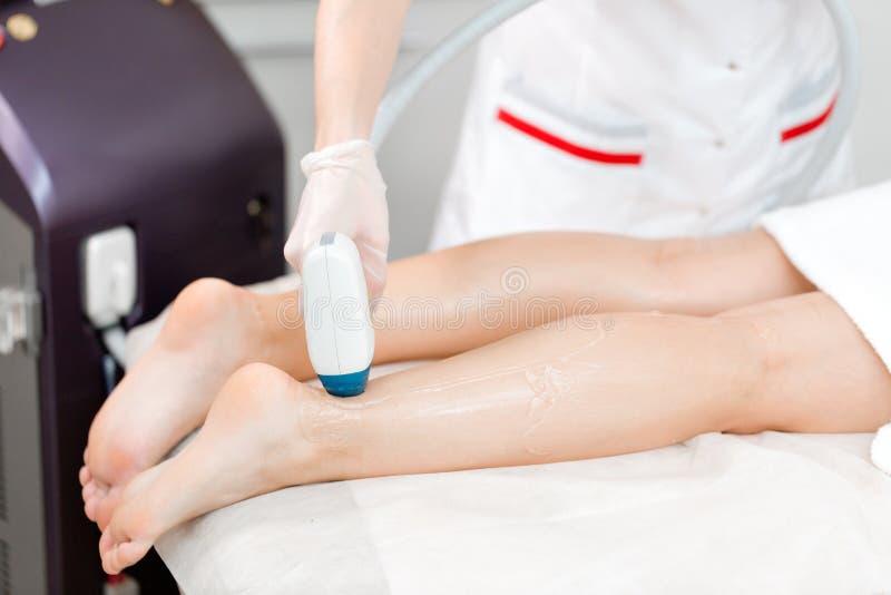 Doktorski cosmetologist robi procedurze młodej dziewczyny blondynki Laserowa epilacja i kosmetologia Włosiany usunięcie na damach fotografia royalty free