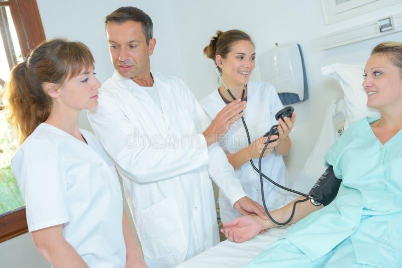 Doktorski demonstrujący dlaczego brać ciśnienie krwi fotografia stock