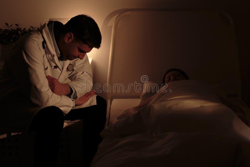 Doktorski dopatrywanie nad jego pacjentem fotografia royalty free
