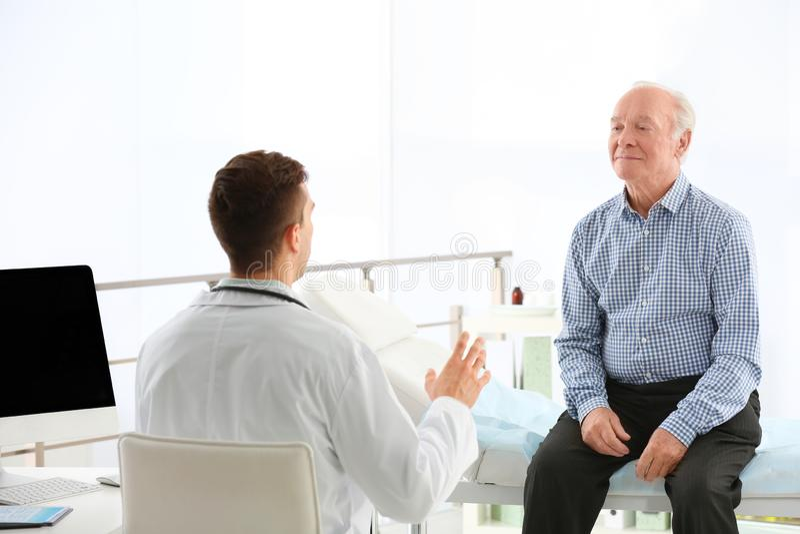 Doktorski działanie z starszym pacjentem zdjęcie stock