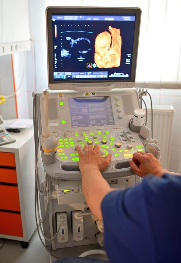 Doktorski Egzamininuje Ciężarny brzuch zdjęcie royalty free