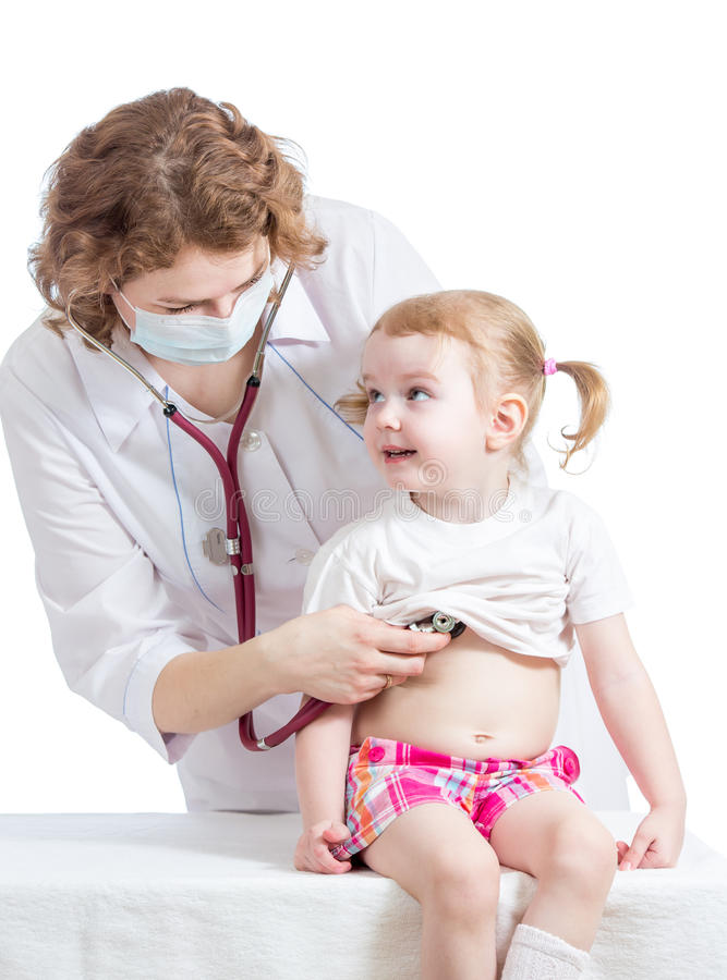 Doktorski egzamininuje dziecko odizolowywający na bielu zdjęcia stock