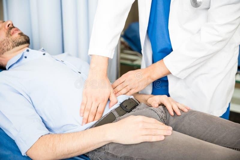 Doktorski egzamininuje podbrzusze pacjent obrazy royalty free