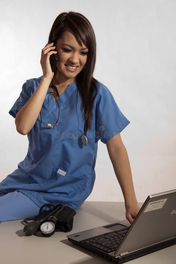 doktorski filipiński laptopu pielęgniarki działanie fotografia royalty free