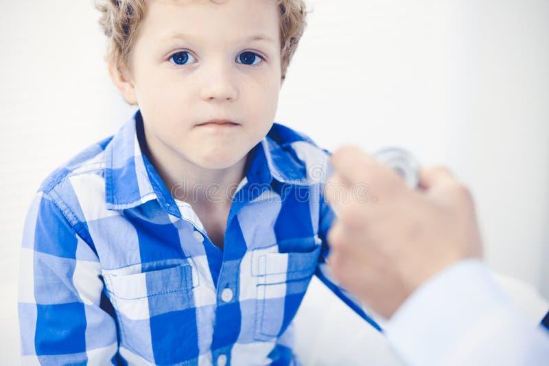 Doktorski i cierpliwy dziecko Lekarz egzamininuje chłopiec Miarowa medyczna wizyta w klinice opieki zdrowie medycyna zdjęcie royalty free