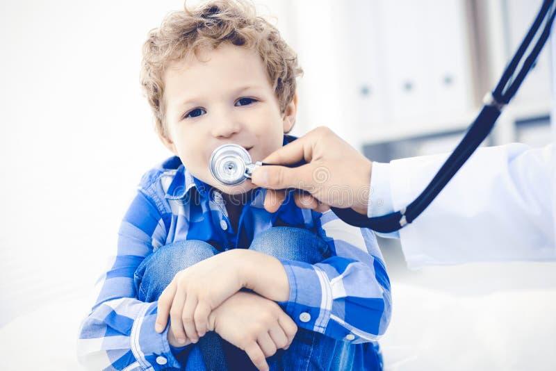 Doktorski i cierpliwy dziecko Lekarz egzamininuje chłopiec Miarowa medyczna wizyta w klinice opieki zdrowie medycyna obraz royalty free
