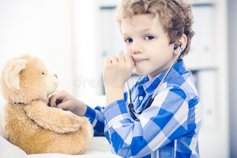 Doktorski i cierpliwy dziecko Lekarz egzamininuje chłopiec Miarowa medyczna wizyta w klinice opieki zdrowie medycyna obraz stock