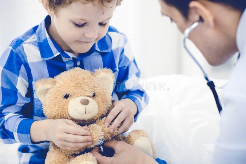 Doktorski i cierpliwy dziecko Lekarz egzamininuje chłopiec Miarowa medyczna wizyta w klinice opieki zdrowie medycyna fotografia royalty free