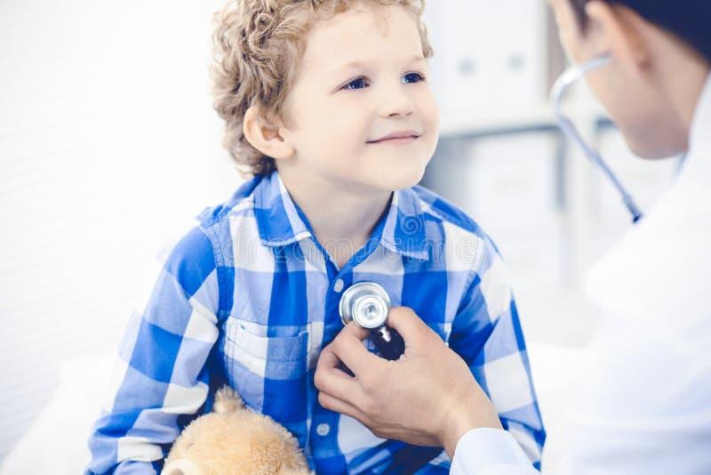 Doktorski i cierpliwy dziecko Lekarz egzamininuje chłopiec Miarowa medyczna wizyta w klinice opieki zdrowie medycyna obrazy royalty free
