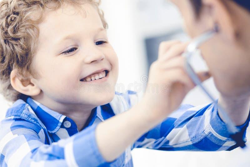 Doktorski i cierpliwy dziecko Lekarz egzamininuje chłopiec Miarowa medyczna wizyta w klinice opieki zdrowie medycyna zdjęcia royalty free