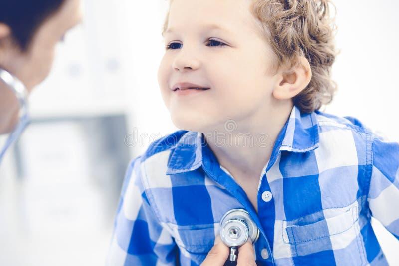 Doktorski i cierpliwy dziecko Lekarz egzamininuje chłopiec Miarowa medyczna wizyta w klinice opieki zdrowie medycyna fotografia stock