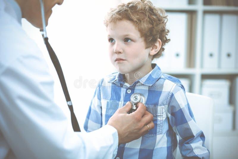 Doktorski i cierpliwy dziecko Lekarz egzamininuje ch?opiec Miarowa medyczna wizyta w klinice opieki zdrowie medycyna obrazy stock