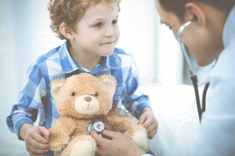 Doktorski i cierpliwy dziecko Lekarz egzamininuje ch?opiec Miarowa medyczna wizyta w klinice opieki zdrowie medycyna zdjęcia royalty free