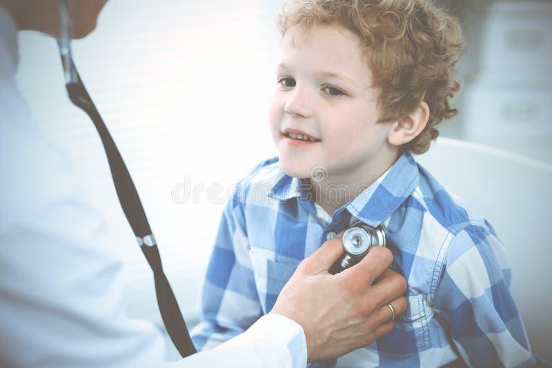 Doktorski i cierpliwy dziecko Lekarz egzamininuje ch?opiec Miarowa medyczna wizyta w klinice opieki zdrowie medycyna zdjęcia stock