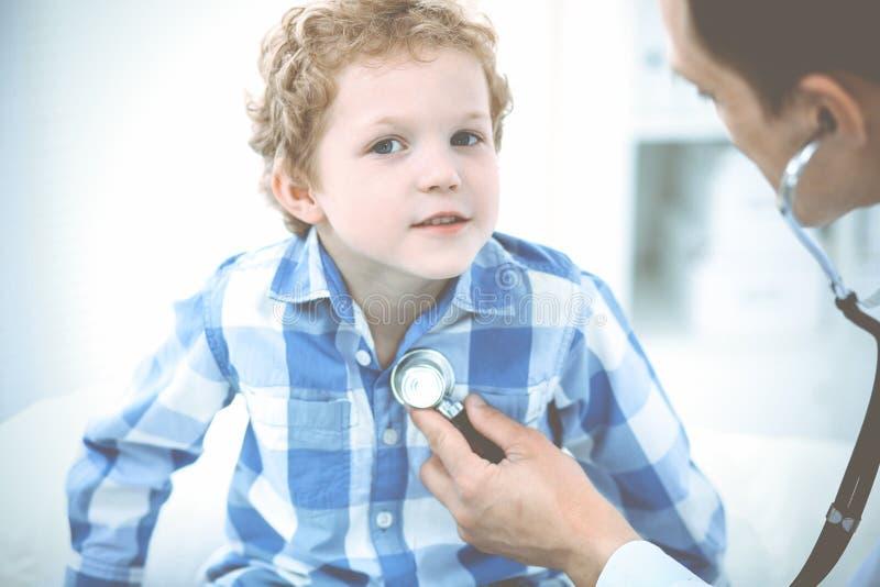 Doktorski i cierpliwy dziecko Lekarz egzamininuje ch?opiec Miarowa medyczna wizyta w klinice opieki zdrowie medycyna zdjęcie royalty free