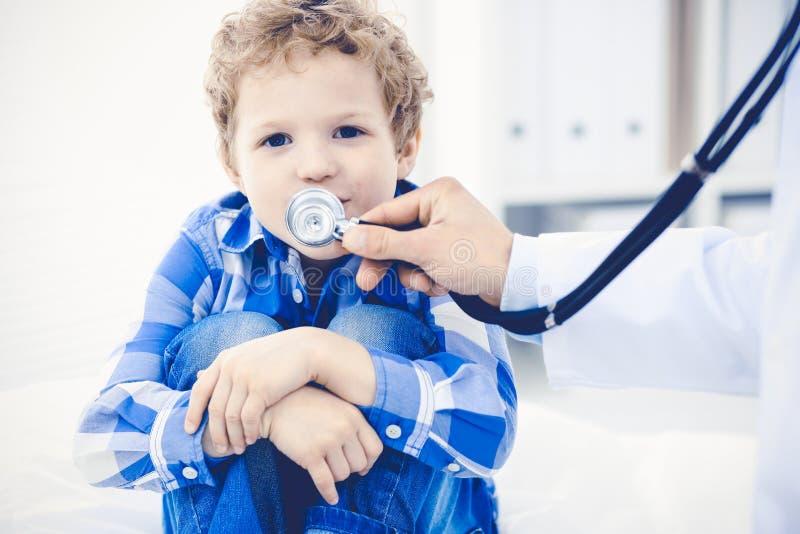 Doktorski i cierpliwy dziecko Lekarz egzamininuje ch?opiec Miarowa medyczna wizyta w klinice opieki zdrowie medycyna obrazy royalty free