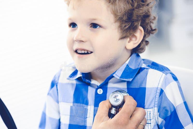 Doktorski i cierpliwy dziecko Lekarz egzamininuje ch?opiec Miarowa medyczna wizyta w klinice opieki zdrowie medycyna obraz stock