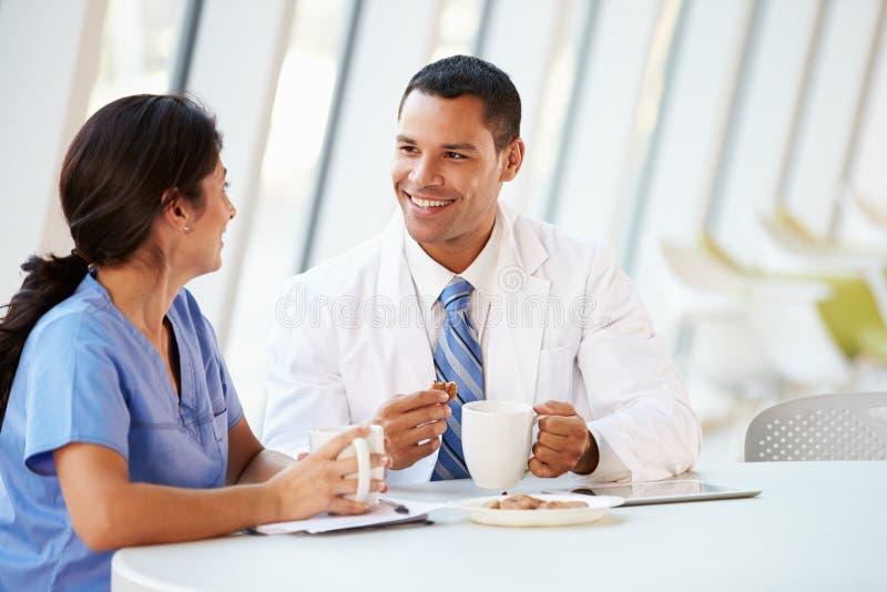 Doktorski I pielęgniarka gawędzenie W Nowożytnej Szpitalnej bakłaszce obraz royalty free