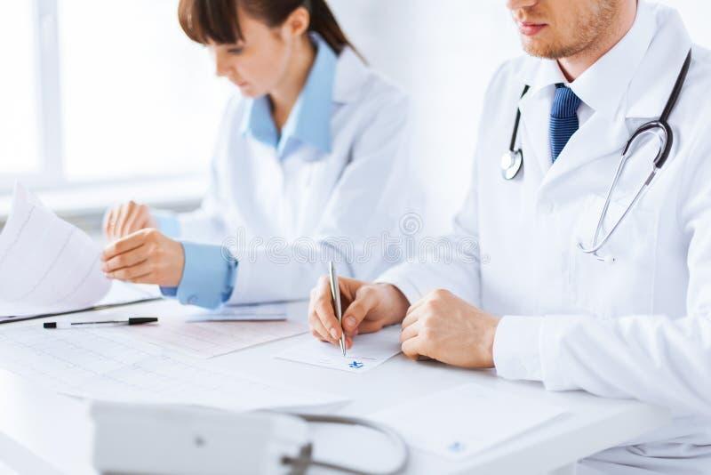 Doktorski i pielęgniarka writing recepty papier obrazy stock