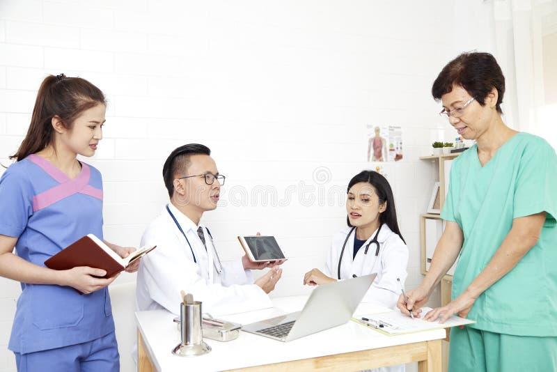 doktorski i pielęgniarka zaopatrzenie medyczne fotografia royalty free