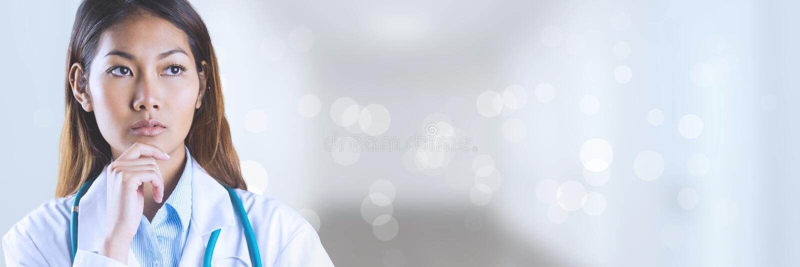 Doktorski kobiety główkowanie przeciw białemu tłu obrazy stock