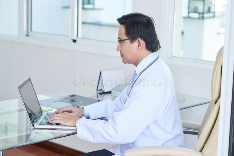 doktorski laptopu samiec działanie fotografia stock