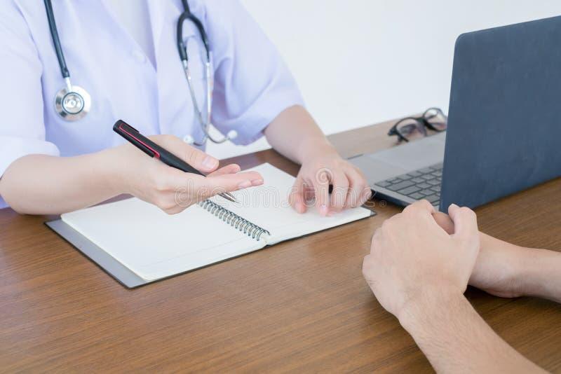 Doktorski lekarz konsultuje z męskimi pacjentami w szpitalnym egzaminu pokoju Mężczyzna ` s zdrowie pojęcie obrazy stock