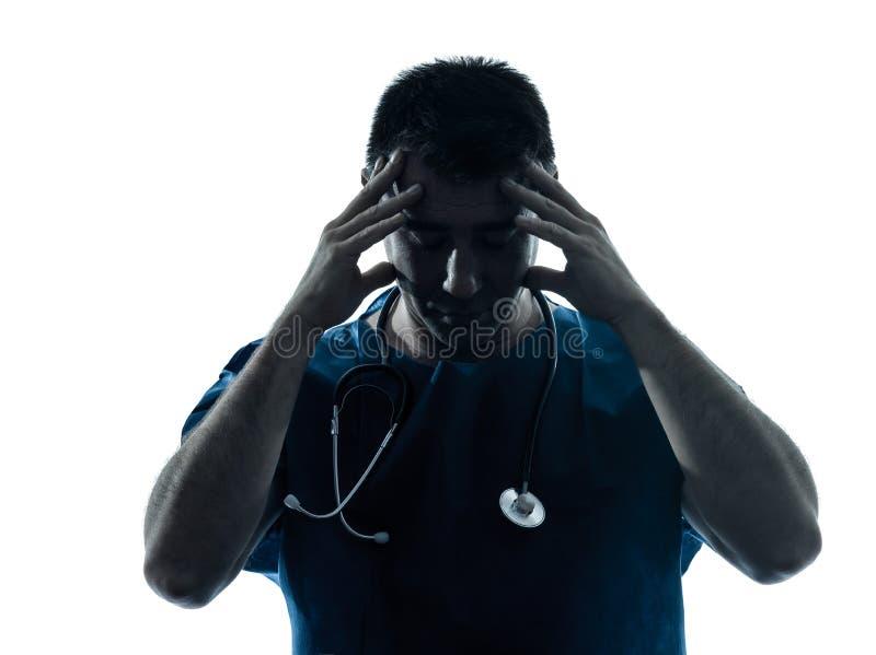 Doktorski mężczyzna męczący migreny sylwetki portret obrazy stock