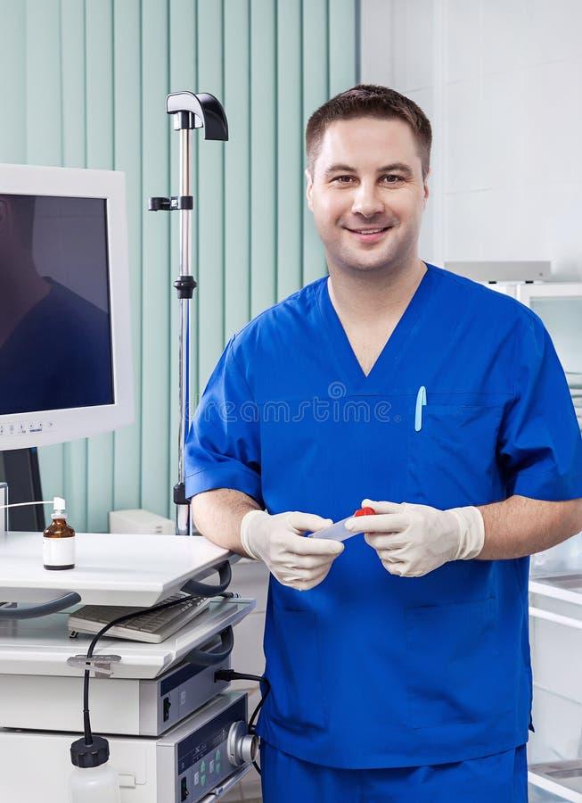 Doktorski mężczyzna ono uśmiecha się zdjęcia royalty free