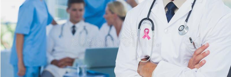 Doktorski mężczyzna z nowotwór piersi świadomości faborkiem obraz stock