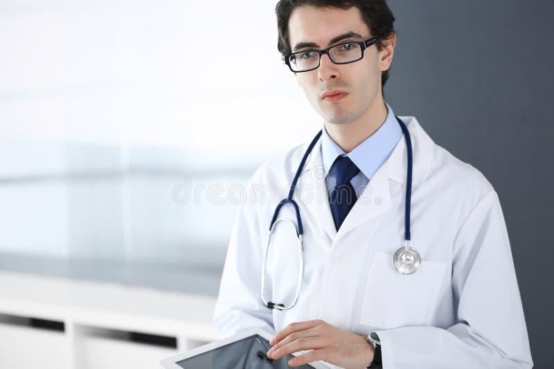 Doktorski m??czyzna u?ywa pastylka komputer dla sieci badawczego lub wirtualnego choroby traktowania Doskonali? us?uga zdrowotna  obrazy royalty free