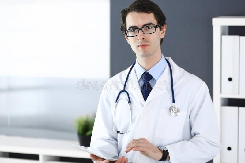 Doktorski m??czyzna u?ywa pastylka komputer dla sieci badawczego lub wirtualnego choroby traktowania Doskonali? us?uga zdrowotna  obrazy stock