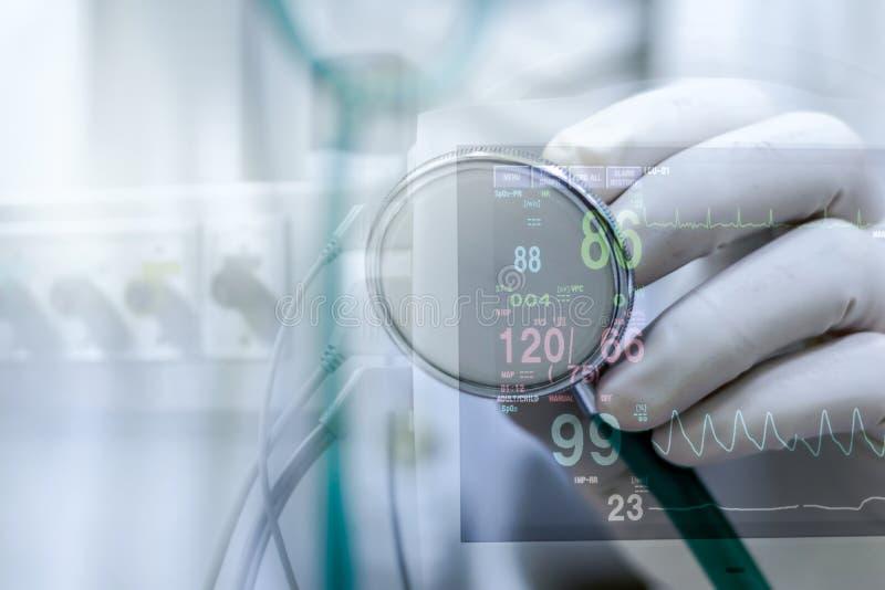 Doktorski mienie stetoskop, ostrość na stetoskopie obrazy stock