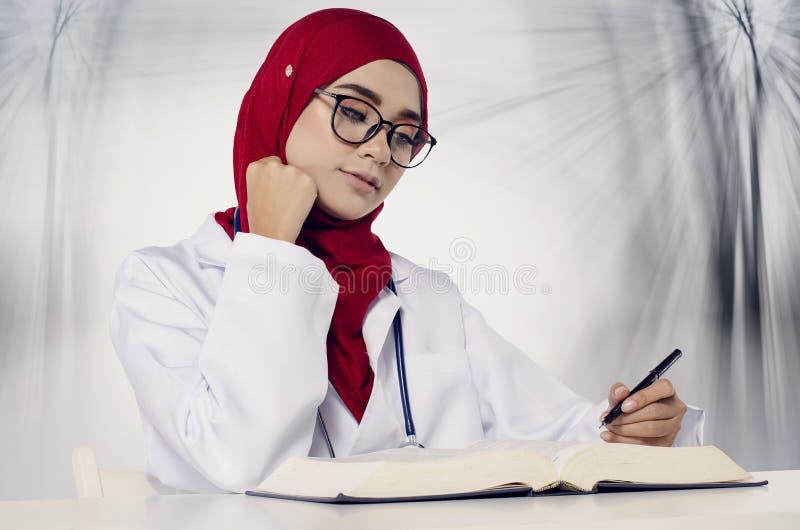 Doktorski obsiadanie i nauka dla jej egzaminu nad abstrakcjonistycznym tłem zdjęcia stock