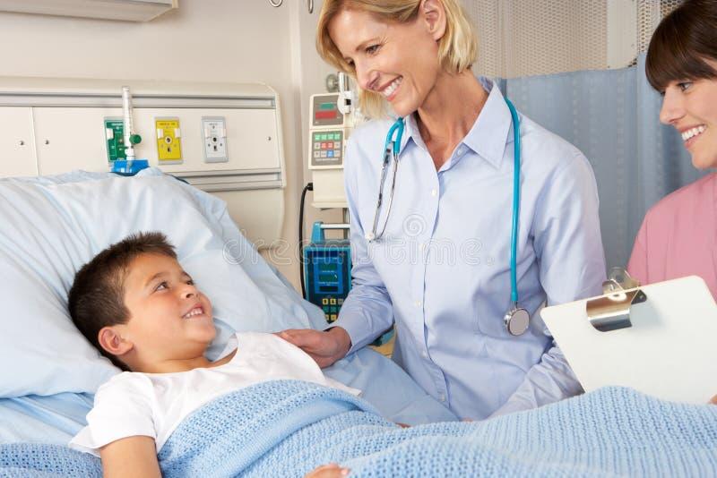 Doktorski Odwiedza dziecko pacjent Na oddziale fotografia royalty free