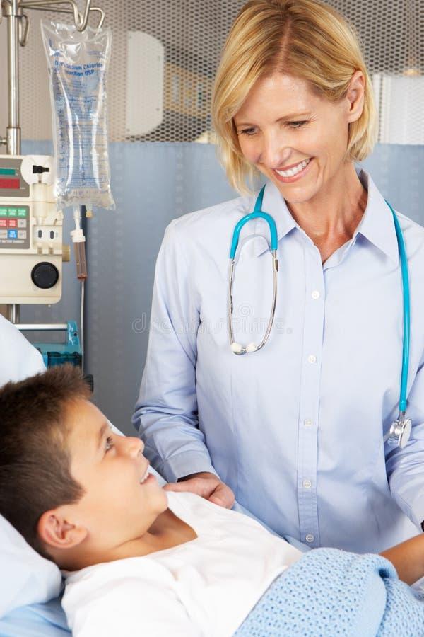 Doktorski Odwiedza dziecko pacjent Na oddziale zdjęcie stock