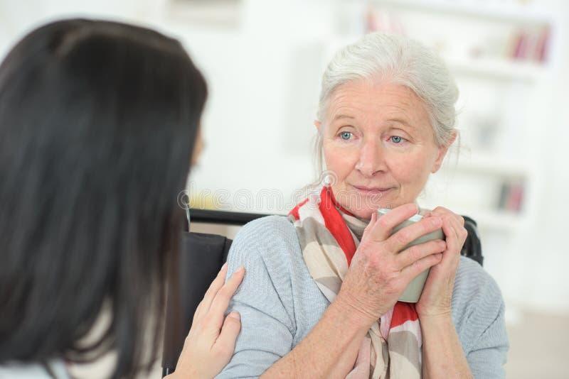 Doktorski odwiedza smutny starszy pacjent fotografia stock