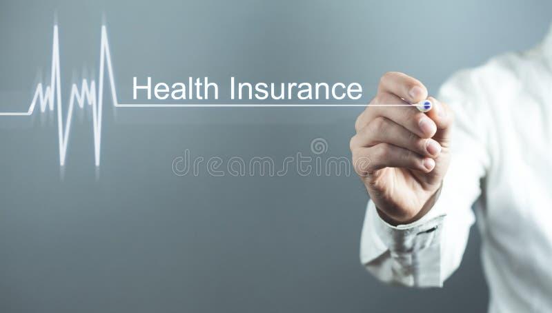 Doktorski pisze ubezpieczenie zdrowotne tekst w ekranie być pojęcia ręką opieki zdrowotnej pomoc opóźnioną pigułkę obraz stock
