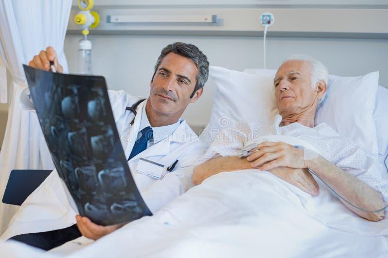 Doktorski pokazuje cierpliwy xray zdjęcie stock