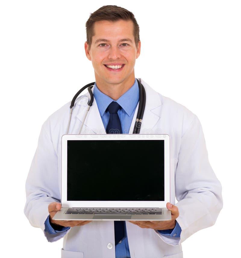 Doktorski pokazuje laptopu ekran zdjęcia royalty free