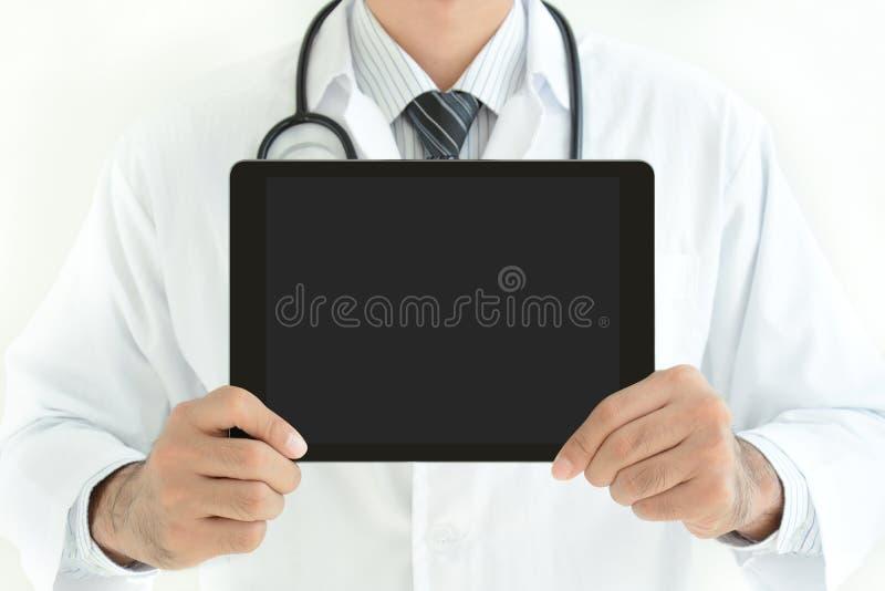 Doktorski pokazuje pastylka komputer osobisty z pustym ekranem zdjęcie stock
